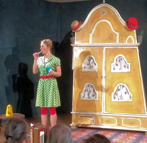 """Forestillingen """"To i et hus - og en mus"""" gav 60 børn og voksne en fantastisk teateroplevelse i Felsted."""