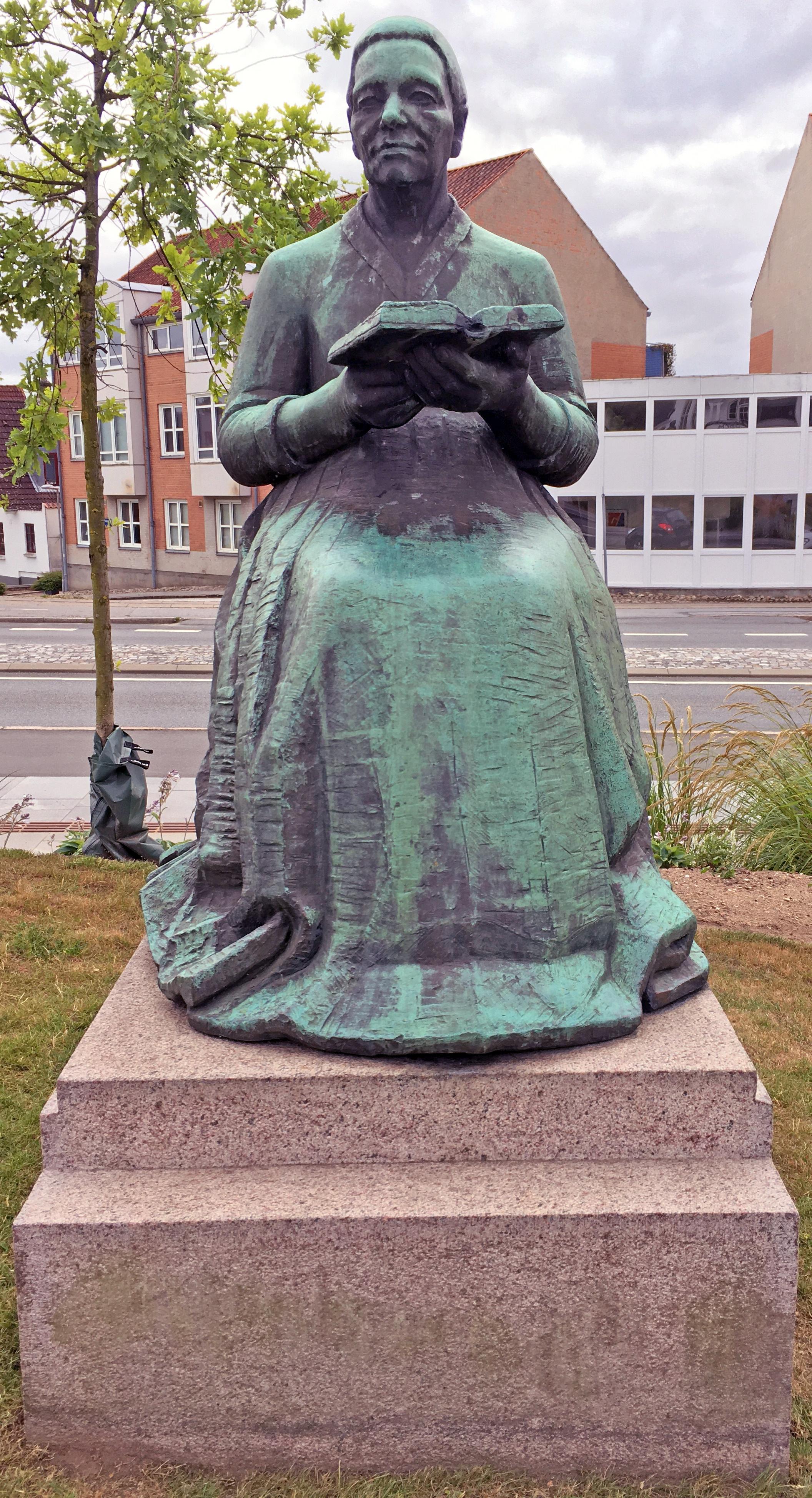 Gammel kone med bog fra 1959 bronze af billedhugger Hans Christian Gunnar Ulf Bremholm Rasmussen