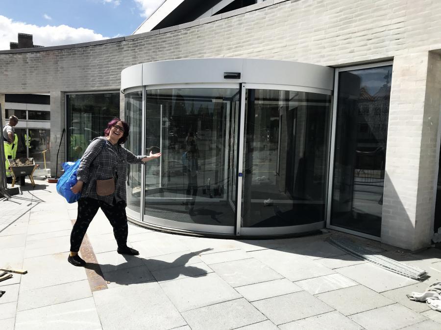 Indgangen til biblioteket og Folkehjem
